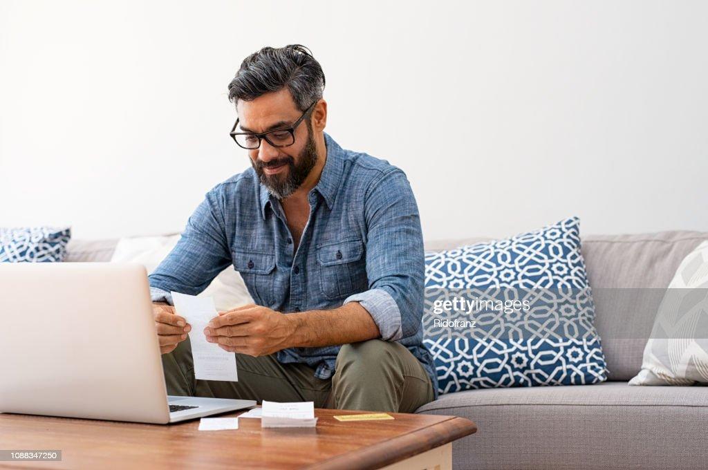 Mann Lesung Rechnungen : Stock-Foto