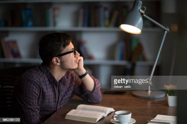 man läser bok på bordet - bibel bildbanksfoton och bilder