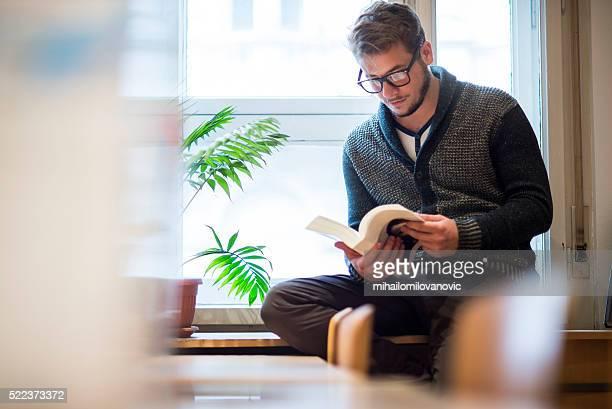 Homme la lecture à la bibliothèque