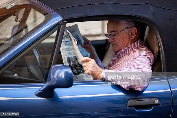 Homme lisant un journal en voiture du centre-ville de Rome, en Italie