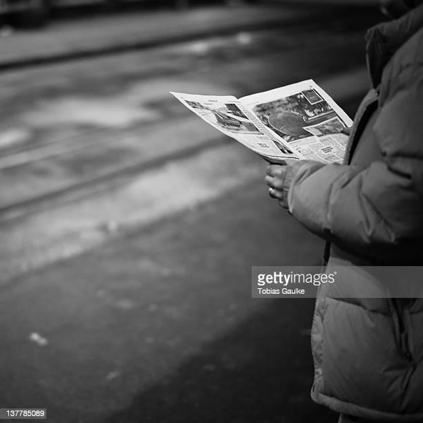 man reading newspaper - tobias gaulke stock-fotos und bilder