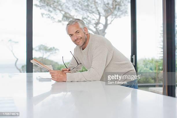 jornal de leitura de homem - homem 45 anos imagens e fotografias de stock