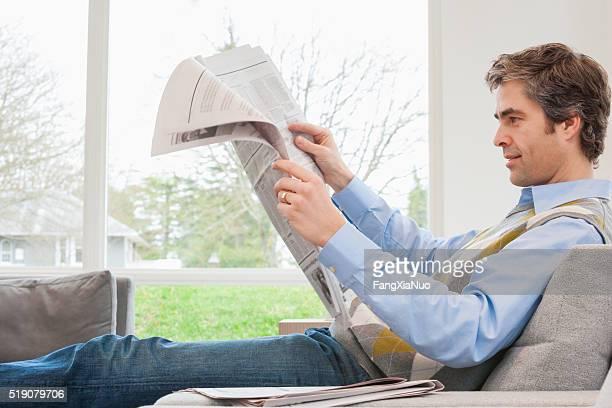 Homme lisant journal