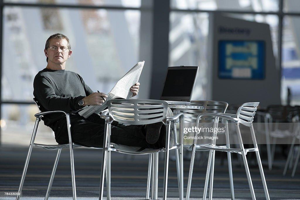 Man reading newspaper : Stockfoto