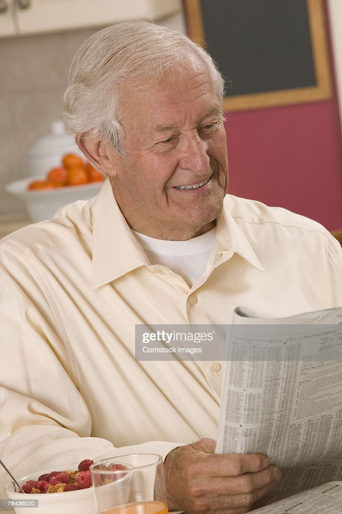 Man reading newspaper : Foto de stock