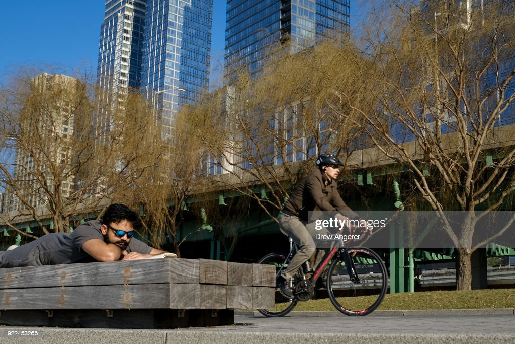 Unseasonable Warm Spell Brings Springlike Weather To New York In February : News Photo