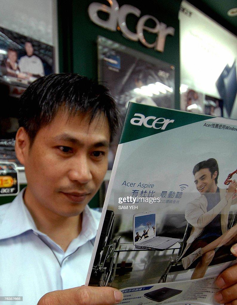 A man reads an Acer advertisement at a l : News Photo