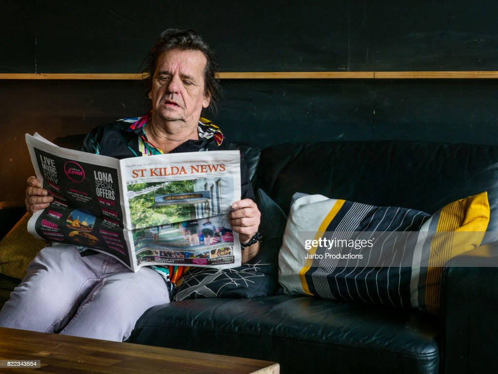 Man reads St Kilda News in Bar : Stock Photo