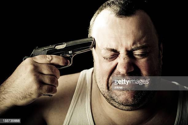 Hombre dispuesta a cometer el suicidio con una pistola