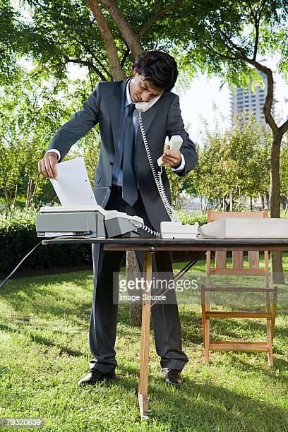 Homme de recevoir un fax dans un parc