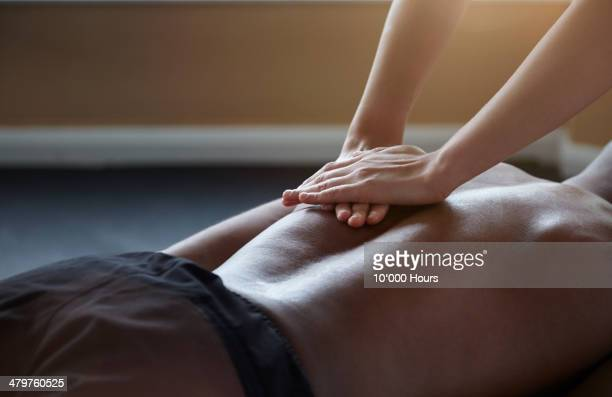 man receiving a massage - masaje hombre fotografías e imágenes de stock