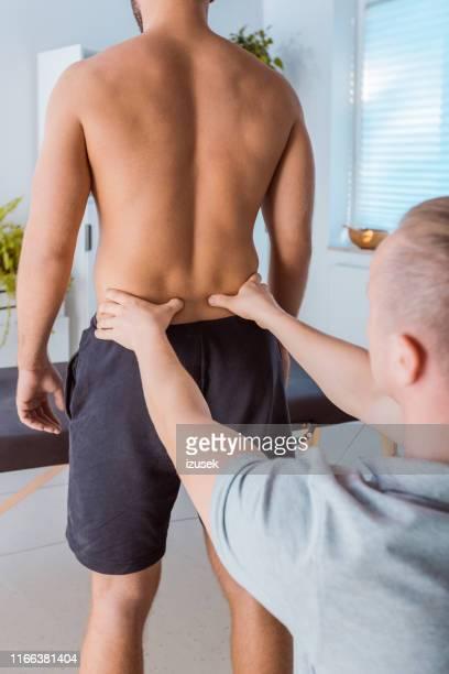 homem que recebe a mais baixa massagem traseira - lower back - fotografias e filmes do acervo