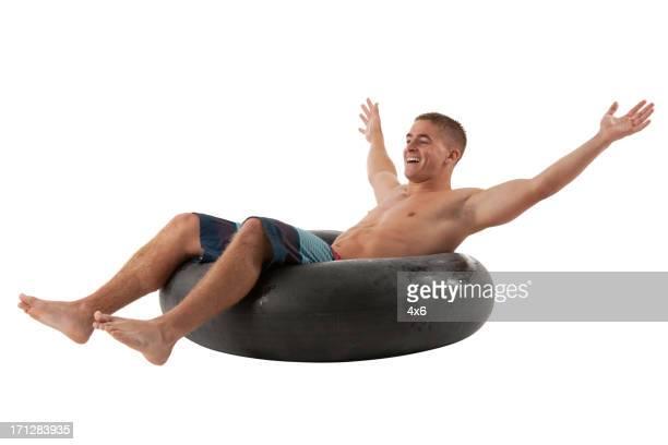 Homme s'étendre dans une bouée en caoutchouc