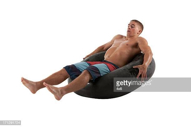 Mann sich in einem Luftschlauch