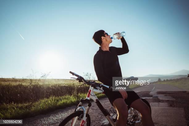 長いサイクリング後男更新 - ロードバイク ストックフォトと画像