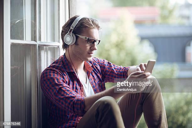 Mann entspannenden und lauschen Sie der Musik aus dem smartphone