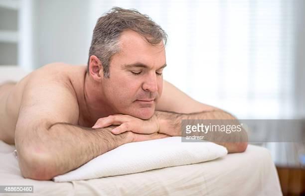 hombre relajante en el spa - masaje hombre fotografías e imágenes de stock