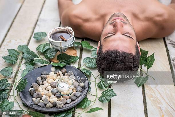 Mann Entspannung im spa