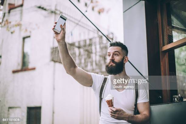 Hombre relajante en el cafe
