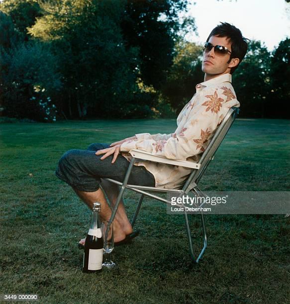 man relaxing  in folding chair - cadeira dobrável - fotografias e filmes do acervo