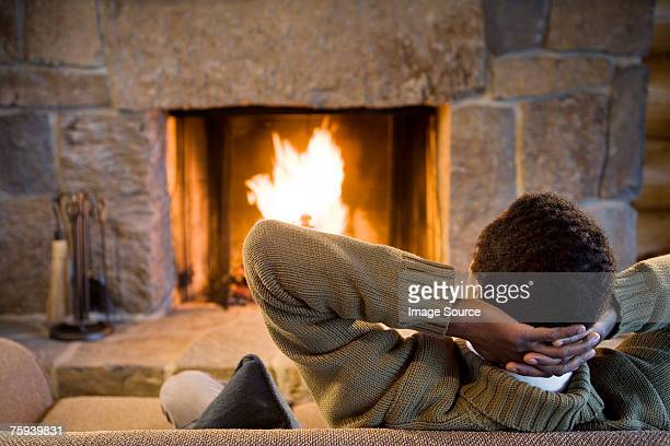 man relaxing infront of fire - mid volwassen mannen stockfoto's en -beelden