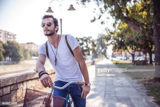 Man ontspannen op de fiets