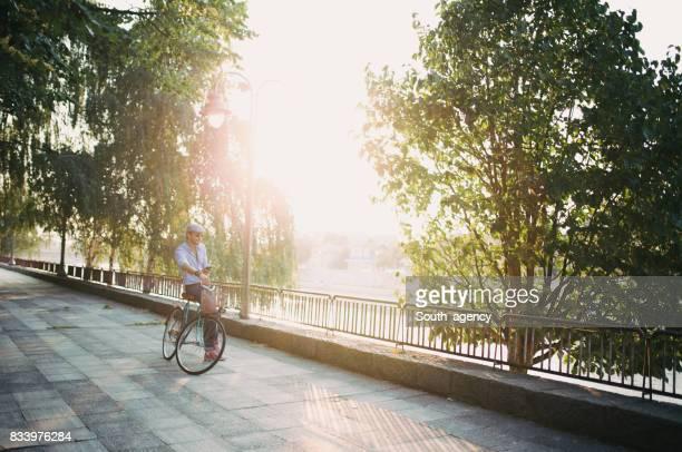 Hombre relajante en bicicleta
