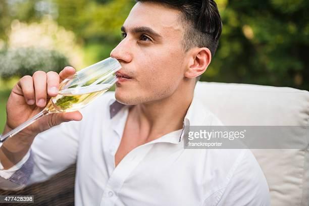 Homme se détendre sur le canapé avec un verre de champagne