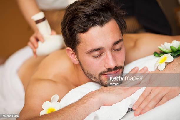 hombre relajante mientras que en masajes - masaje hombre fotografías e imágenes de stock