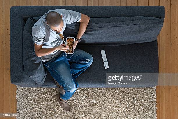 Homme détente avec des plats à emporter