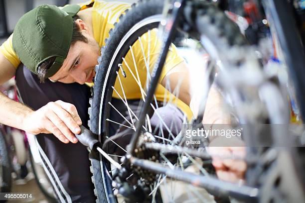 mann reparatur fahrrad. - aluhut stock-fotos und bilder