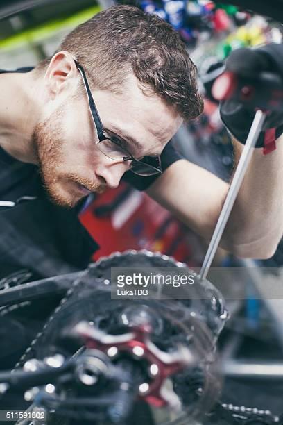 mann reparatur fahrrad - aluhut stock-fotos und bilder