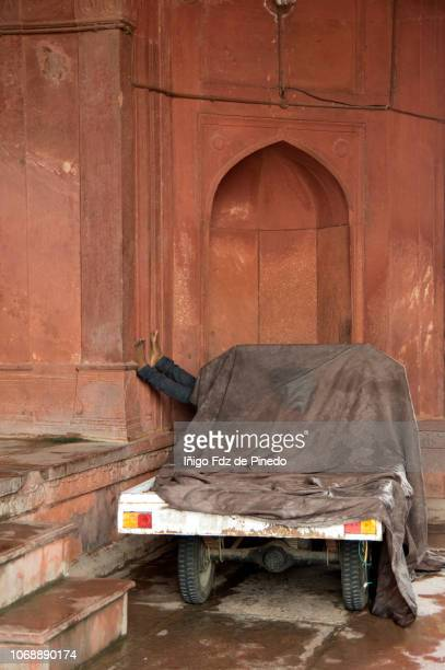 a man resting  in jama masjid mosque, jama masjid mosque, nueva delhi, india, asia. - jama masjid delhi stock pictures, royalty-free photos & images