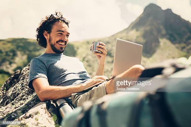 Hombre descansando en la montaña