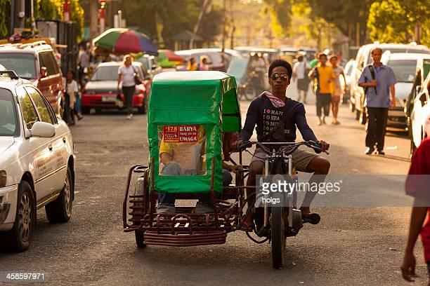 mann fährt ein motorrad mit beiwagen, manila, philippinen - manila philippinen stock-fotos und bilder