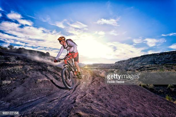 a man riding a mountain bike on an extreme dirt trail - robb reece 個照片及圖片檔