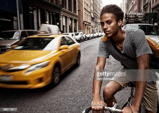 Homme équitation un vélo dans la ville rue