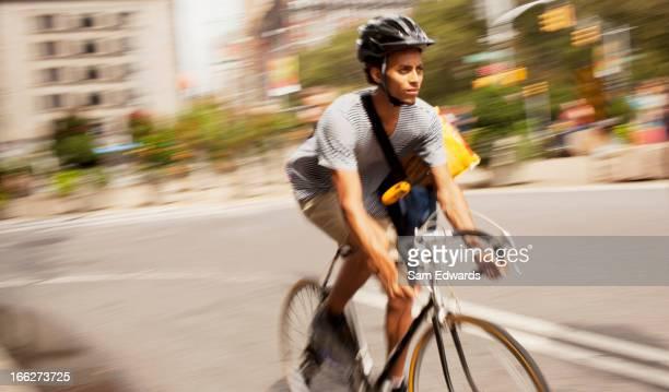 Mann auf Fahrrad auf der Straße in der Stadt