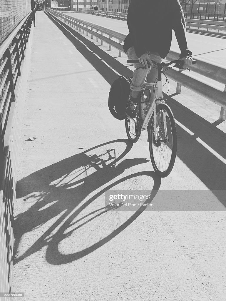 Man Riding Bicycle On Road : Foto stock