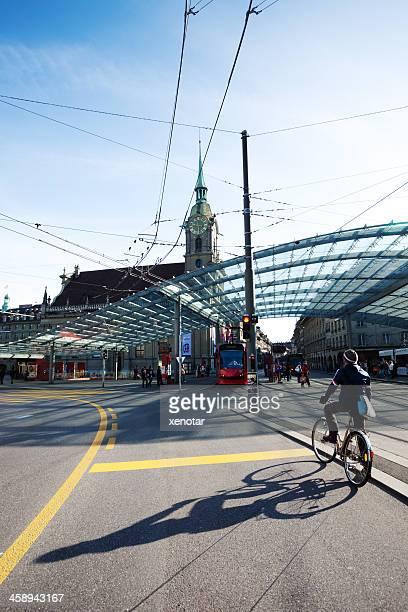 Mann auf Fahrrad vor Bern's Verkehr center