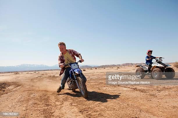 man riding dirt bike in desert - motocross imagens e fotografias de stock