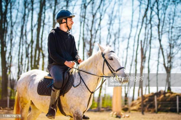 馬に乗って男 - 手綱 ストックフォトと画像