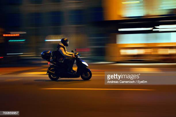 man riding motorcycle on street at night - corrida de motocicleta - fotografias e filmes do acervo