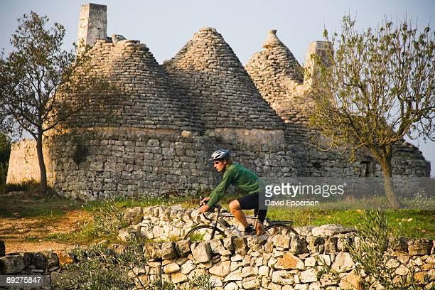 man road cycling in puglia, italy - apulië stockfoto's en -beelden