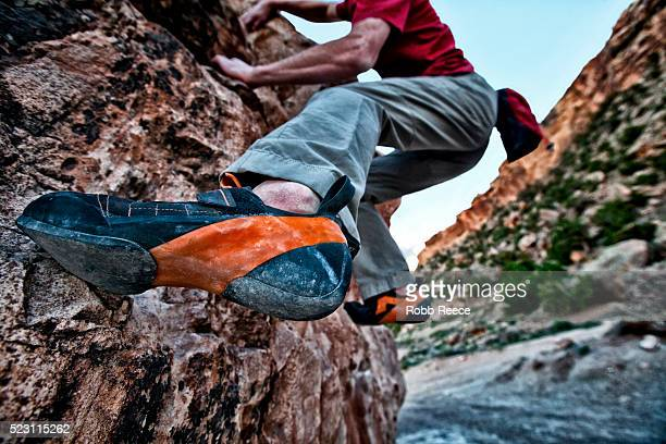 man rock climbing on sandstone boulder, grand junction, colorado, usa - robb reece stockfoto's en -beelden