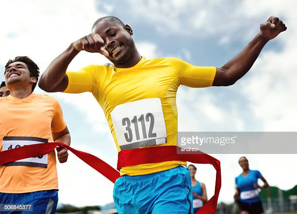 Uomo che corre la maratona