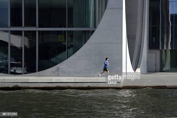 Mann läuft entlang der Spree in Berlin, Deutschland