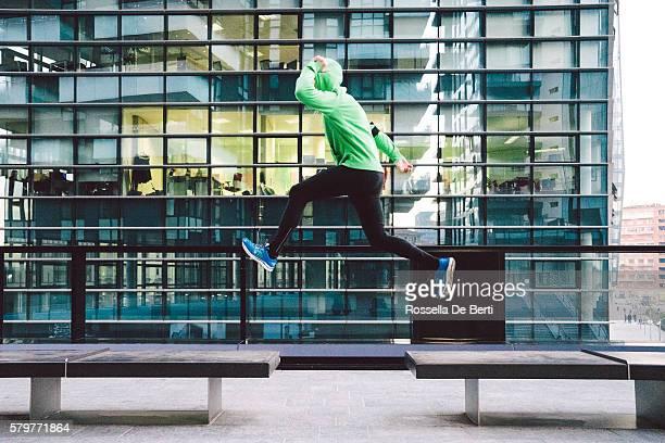 Homme courir et sauter, entraînement en plein air sportif