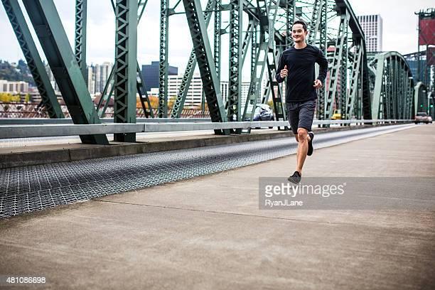 Mann läuft in der Innenstadt von Portland