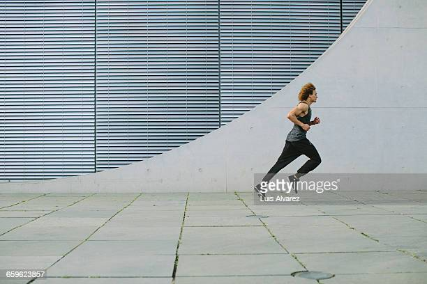 man running in front of wall - center athlete stock pictures, royalty-free photos & images
